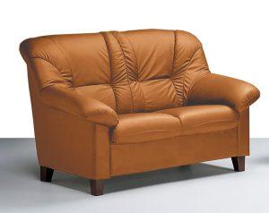 2 ist sohvat nahkaverhoilulla